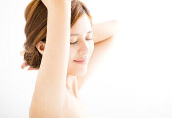 セラミドに加えてヒアルロン酸も!50代の肌のたるみは保湿が重要